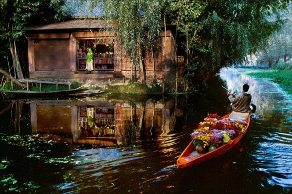 Steve McCurry: Flower Vendor on Dal Lake Kashmir, 1999