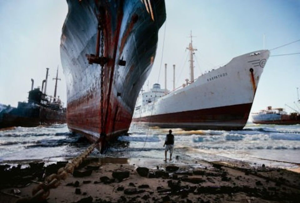Steve McCurry: Ship Breaking Yard Karachi, Pakistan, 1981