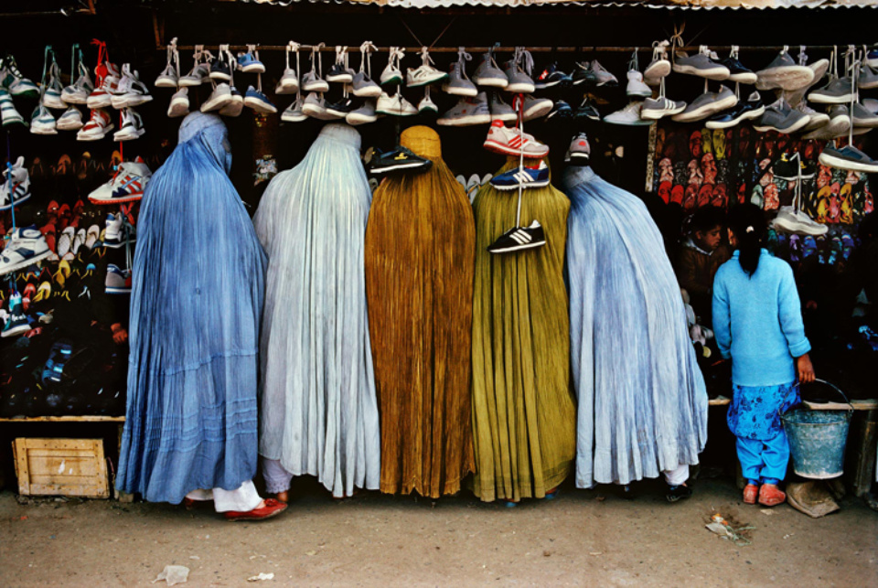 Steve McCurry: Afghan Women at Shoe Store Kabul, Afghanistan, 1992 C-Print 50 x 60 cm // 76 x 101 cm // 101 x 152 cm Editioned
