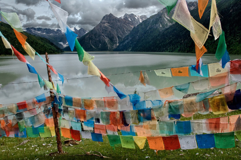 Steve McCurry: Tibetan Flags Tibet, 2005 Signed, titled, dated and numbered on verso C-print 50 x 60 cm // 76 x 101 cm // 101 x 152 cm Editioned