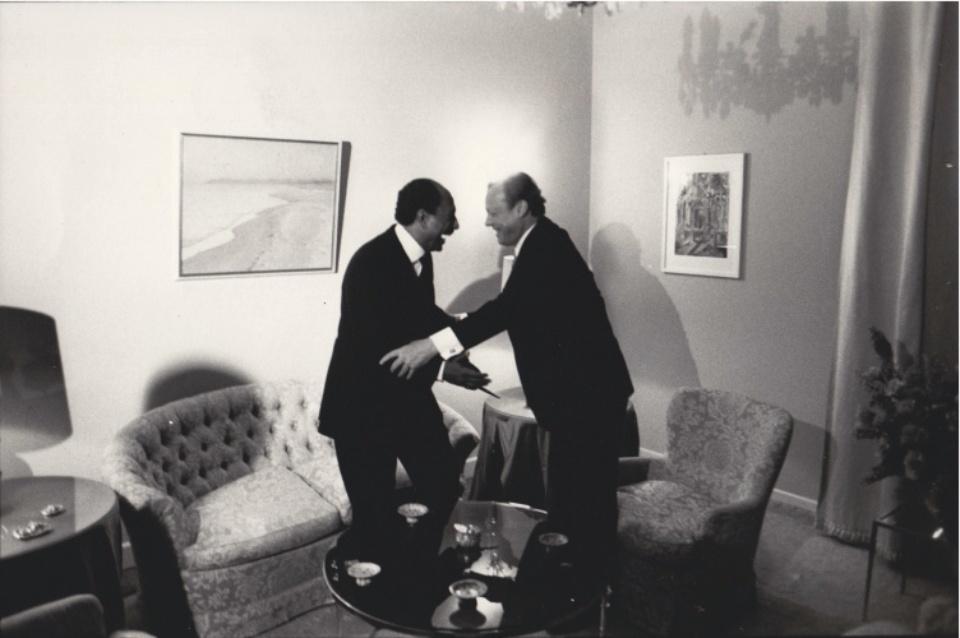 Robert Lebeck Sadat und Brandt, Vieraugengespräch in der deutschen Botschaft Kairo 1974 Vintage gelatin silver print 20 x 29,5 cm