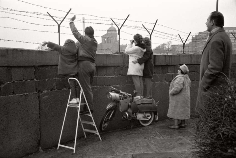 Max Scheler. an der Berliner Mauer, West Berlin Kreuzberg, 1963
