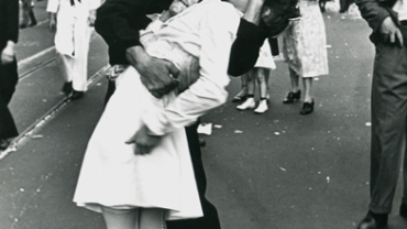 Alfred Eisenstaedt The Kiss V-Day Times Square, 14.08.1945 Gelatin silver print, printed 1988
