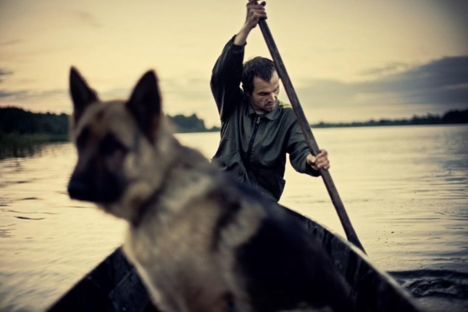 Dmitrij Leltschuk: Kahnfahrt mit Hund Weissrussland, 2012