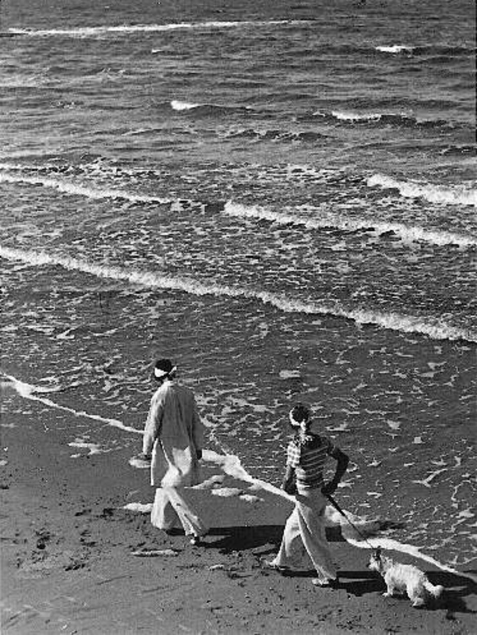 E.O. Hoppé Two women walking on Beach, 1930's Vintage gelatin silver print 14 x 10,5 cm