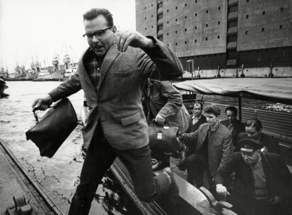 """Herbert List """"Feierabendverkehr an der Anlegestelle Sandtorhafen"""" Hamburg, 1962"""