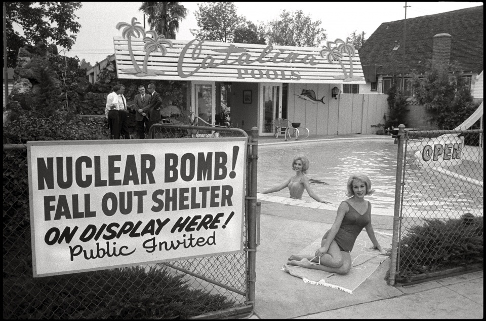 Max Scheler. USA. California. Los Angeles. 1961. Fall Out Shelter for Sale. USA. Kalifornien. Los Angeles. 1961. Atombunker zu verkaufen.