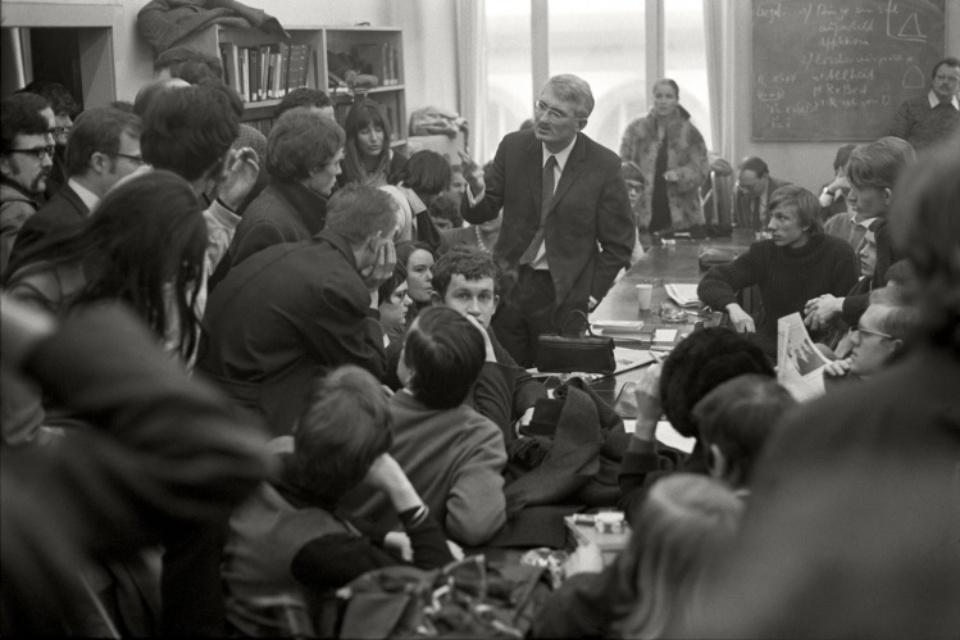 Max Scheler: Jürgen Habermas diskutiert mit Studenten, Frankfurt, Germany 1969 Modern gelatin silver print 40 x 50 cm