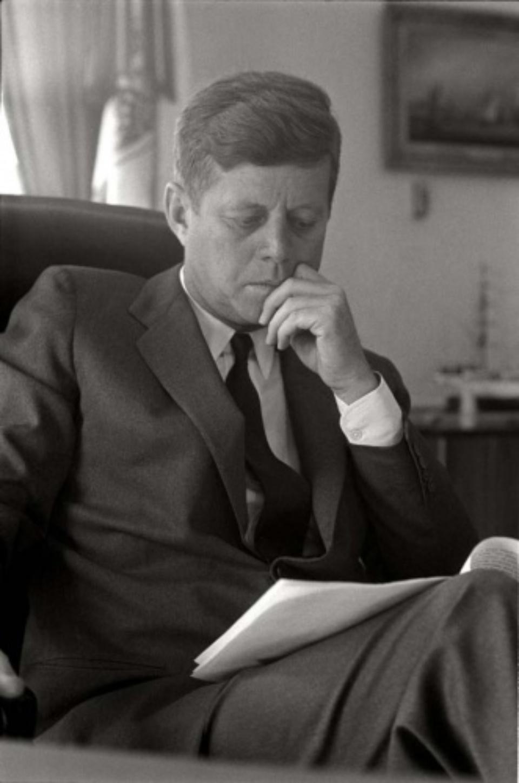 Max Scheler: John F. Kennedy im Oval Office des Weißen Hauses, Washington, USA 1963 Modern gelatin silver print 50 x 40 cm