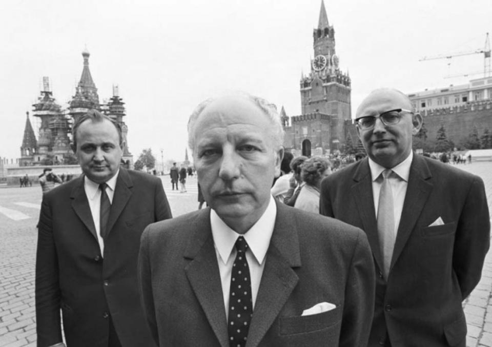 Max Scheler: Walter Scheel und Hans Dietrich Genscher auf dem Roten Platz in Moskau. Moscow, Russian Federation 1969 Modern gelatin silver print 1969