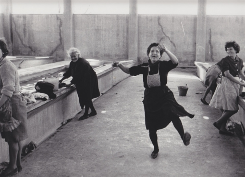 Robert Lebeck Wäscherinnen in Cullera Spanien, 1964 Gelatin Silver Print Printed later Signed, titled and dated