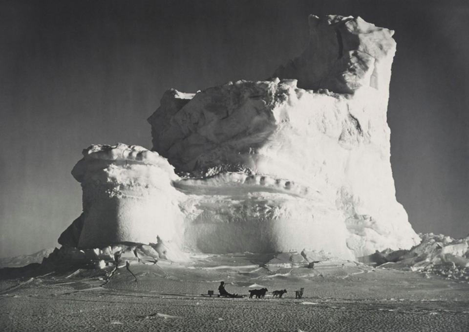 Herbert G. Ponting: The Castle Berg with dog Sledge 1911