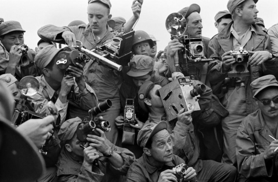 Werner Bischof: Korean War Press Corps Korea, 1951 Modern gelatin silver print Estate stamp on verso 40 x 50 cm