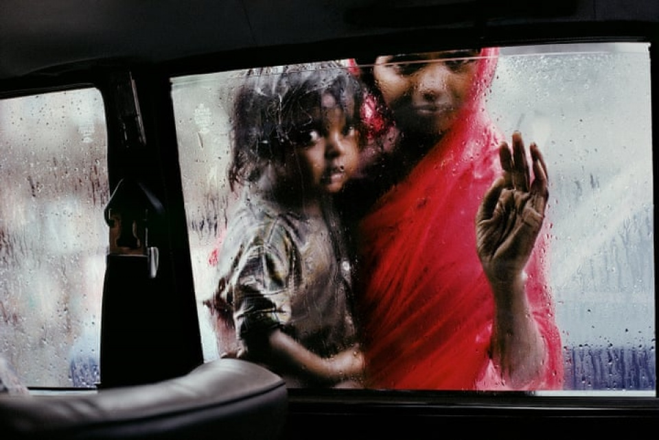 Steve McCurry. Mother and child looking in through a taxi window, Bombay, India, 1993
