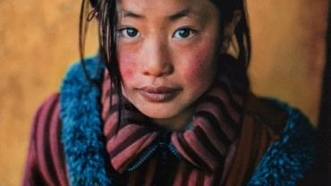 Steve McCurry. Girl in a Chinese Coat, Xingazê, Tibet, 2001
