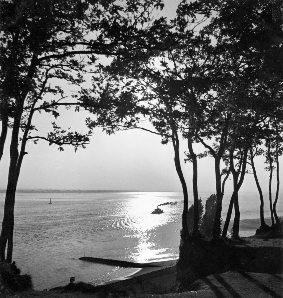 Herbert List. Blick auf die Elbe in der Abendsonne 1930