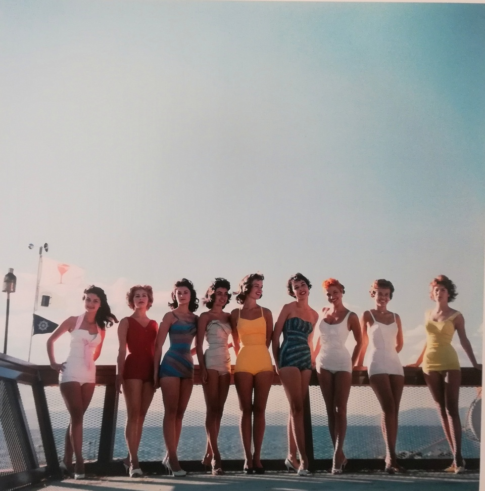 Slim Aarons. Local ambience and playful camaraderie make for a relaxed reunion of freinfs, Lake Tahoe, 1959