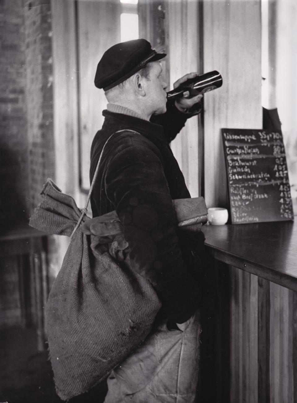 Franz Hubmann. Scheuermann mit Zumpelsack. Hamburg. 1955/56