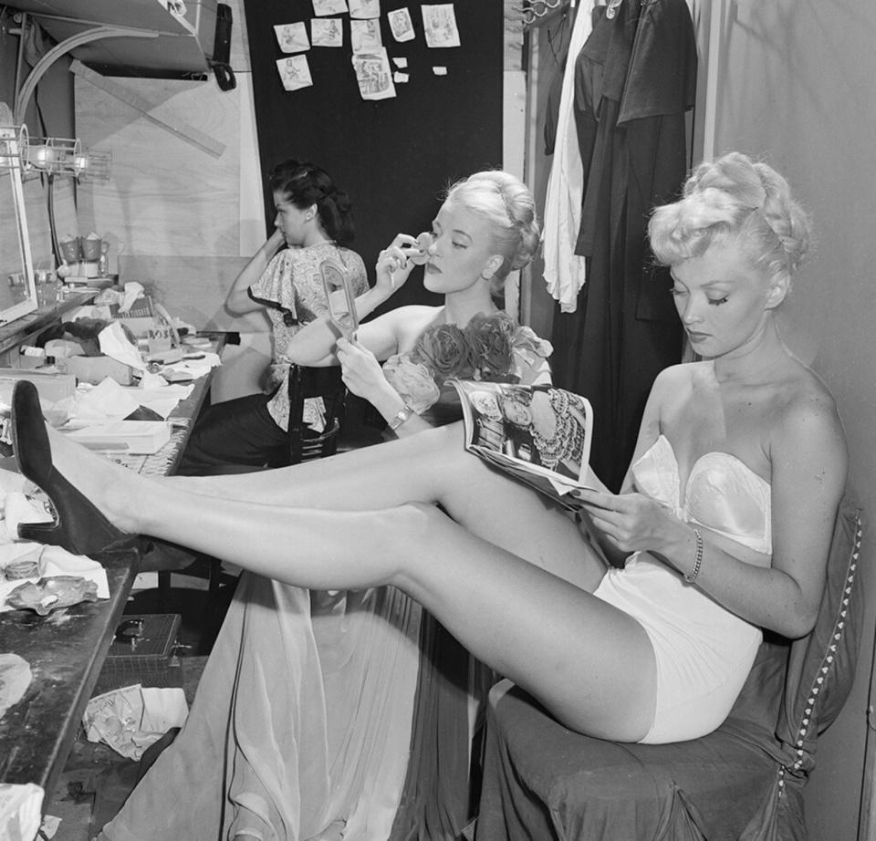 Slim Aarons. Backstage at La Scala, Milan, 1948
